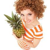 Divertimento donna con ananas sullo sfondo bianco — Foto Stock