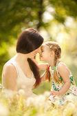 Anne ve kızı park — Stok fotoğraf