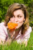 Linda mulher bebendo suco na clareira do verão — Foto Stock