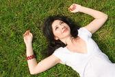 Sladká žena odpočinek v trávě — Stock fotografie