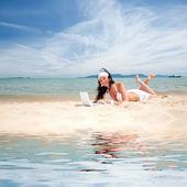 夏季海滩上的白色笔记本电脑的可爱女人 — 图库照片