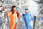 счастливые женщины с лыж в зимний пейзаж — Стоковое фото
