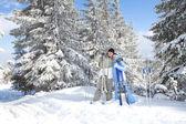 幸福的情侣与滑雪在冬季风景 — 图库照片