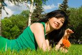 花の公園で残りのきれいな女性 — ストック写真