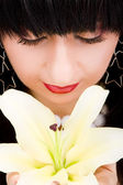 молодая красивая женщина с цветок лилии — Стоковое фото