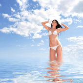Kobieta moda młody w strój kąpielowy na tle nieba — Zdjęcie stockowe