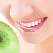 Zdrowe zęby i zielone jabłko — Zdjęcie stockowe