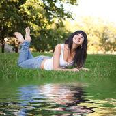 Femme douce reste sur l'herbe verte — Photo