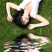 Słodka kobieta odpoczynku na trawie — Zdjęcie stockowe