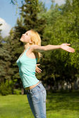 Pretty woman rest in the park — Stock Photo