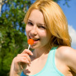 Pretty womwith sweetmeat rest in park — Stock Photo #9758568