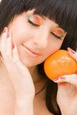 Hübsche frau mit orange — Stockfoto