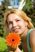 Resto de mulher bonita no parque com flor — Fotografia Stock