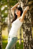 Bella donna resto nel parco — Foto Stock