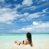 Femme mignonne se détendre sur la plage d'été — Photo