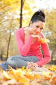 Junge hübsche frau rest im herbst park — Stockfoto