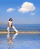 молодая красивая женщина, делать упражнения, фитнес — Стоковое фото