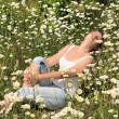 A girl in a field of daisies. — Stock Photo