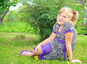 A girl sits in a meadow — Stock Photo