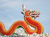 El estatuto de dragón rojo sobre fondo de cielo — Foto de Stock