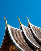 Mavi gökyüzü arka plan üzerinde tapınak güzel çatı — Stok fotoğraf