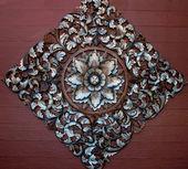 古い花パターンのタイ様式の彫刻木製飾り — ストック写真