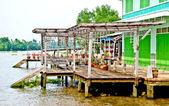Het prachtige huis langs de rivier — Stockfoto