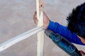 Trabalhador manual de melhoria home perfuração de madeira na oficina — Fotografia Stock