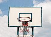 Basketbalové hřiště na pozadí modré oblohy — Stock fotografie