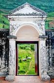 マウンテン ビューの背景に古いドア — ストック写真