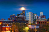 Full Moon Above Denver — 图库照片