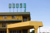 Viejo hotel grungy cartel encima de motel de carretera — Foto de Stock