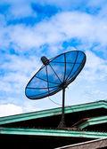 Satellietschotel op het dak — Stockfoto