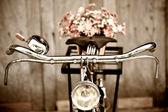 Vaso antigo de bicicleta e flor — Foto Stock