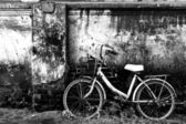 Old bicycle and brick wall — Stock Photo