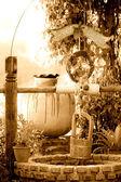 Vatten-bra på landsbygden har trädgård — Stockfoto