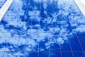 Reflejo de las nubes en edificio de oficinas — Foto de Stock