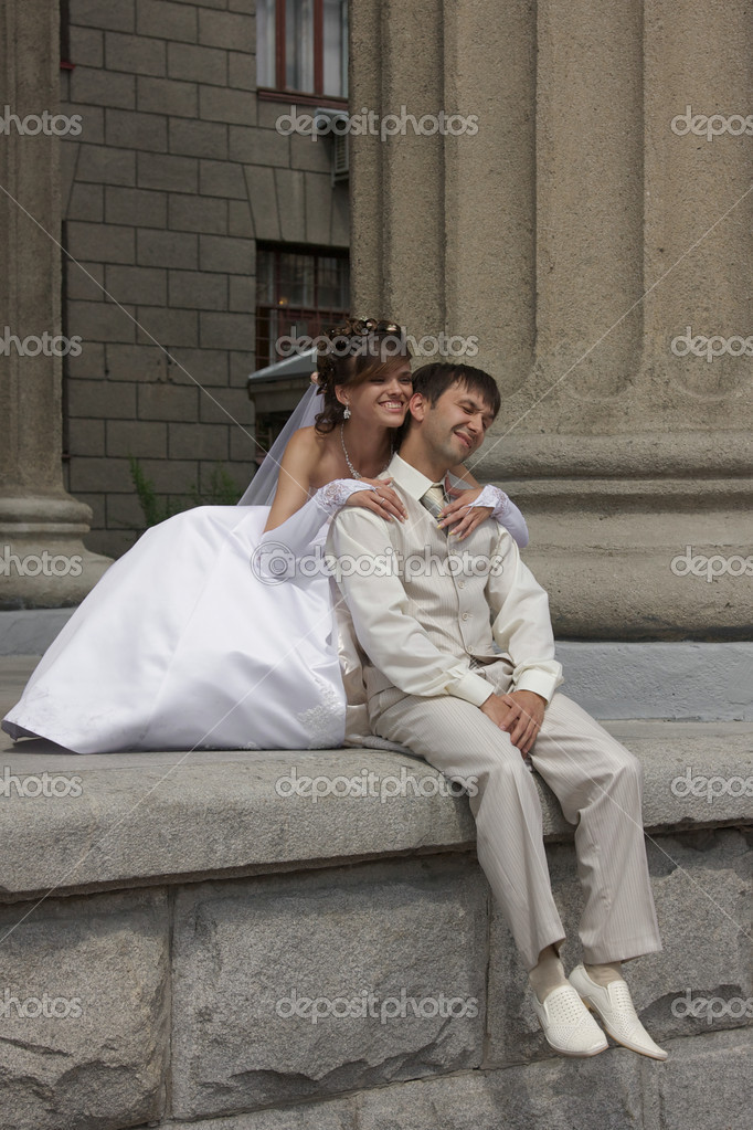 Bride and groom is sitting on a steps of a Novosibirsk theatre, Siberia — Stock Photo #9259172