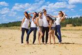Grupo de seis amigos en jeans azul y blanco — Foto de Stock