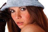 分離された青の帽子かわいい若いブルネットの少女の肖像画 — ストック写真