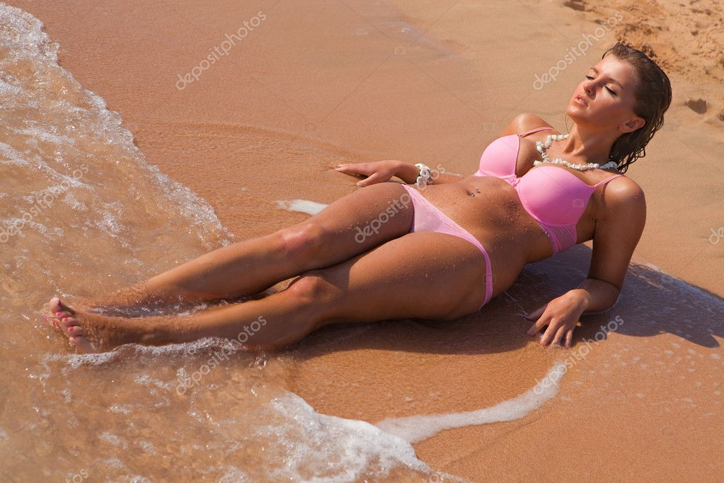 photos of girls laying on the beach № 11816