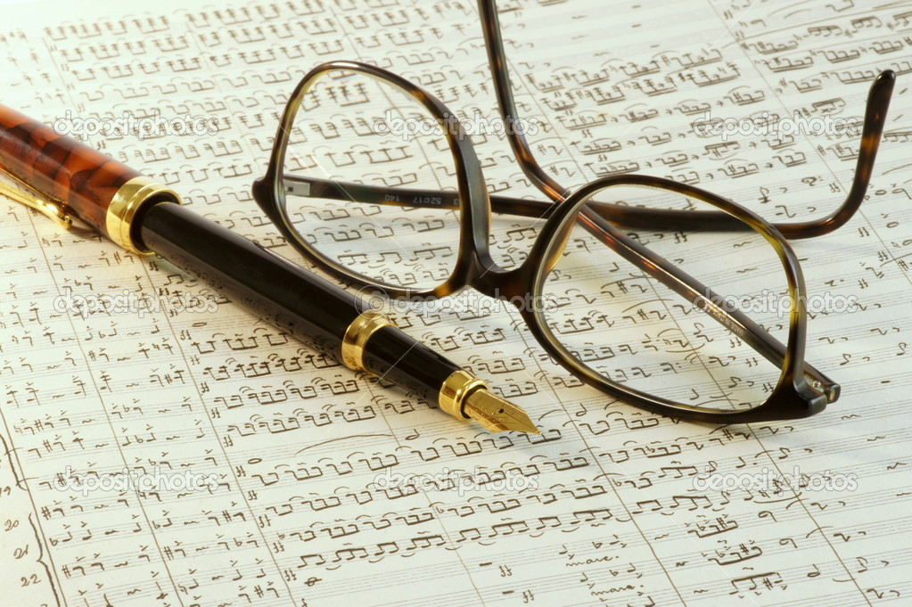 Fountain pen and glasses on top of a old sheet music — Stock Photo #9328519