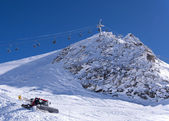 Chair lift and snow groomer — Photo