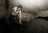 Взрослый человек в шахте — Стоковое фото