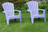 Two purple chairs on a green lawn — Stock Photo