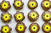 Marshmallow cookies with yellow flowers — Stock Photo