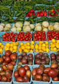 Display of fresh produce tomatoes and peppers — Stock Photo