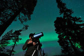 Man and telescope — Stock Photo