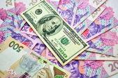 Hermoso fondo con dinero estadounidense dólar y ucraniano hryyvnya — Foto de Stock