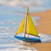 The little toy boat stands on sandy beach — Stock Photo